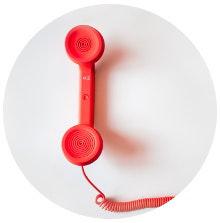 Kontakt, roter Telefonhörer mit Schnur